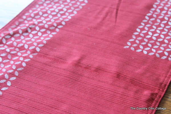 how to stencil a table runner