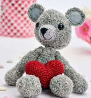 http://www.letsknit.co.uk/free-knitting-patterns/franklin-the-adorable-bear