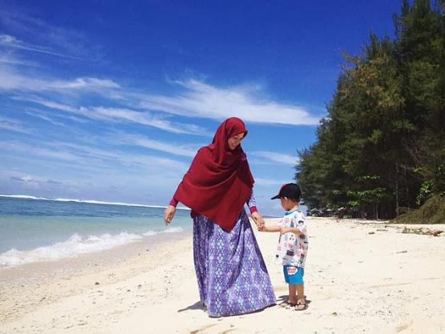 ibu dan anak berfoto cantik di pantai laguna kaur bengkulu