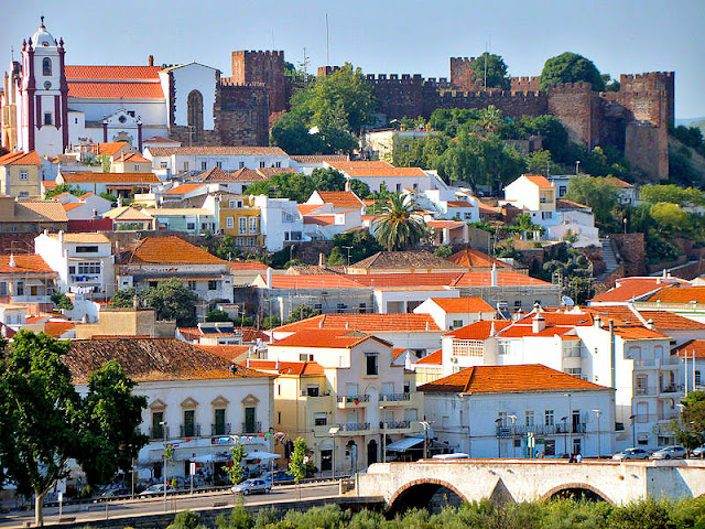 The vibrant tile roofs of Silves provide a striking contrast to its Castelo de Silves on top of the hill. Be sure to climb to the top for spectacular views of the town. Photo: Wikimedia.org.