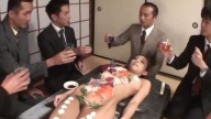 ซูชิสุดสยิว!! หนุ่มๆรุมทานปลาดิบบนตัวคน สาวโดนดูดนมเลียจิมิอีกด้วย