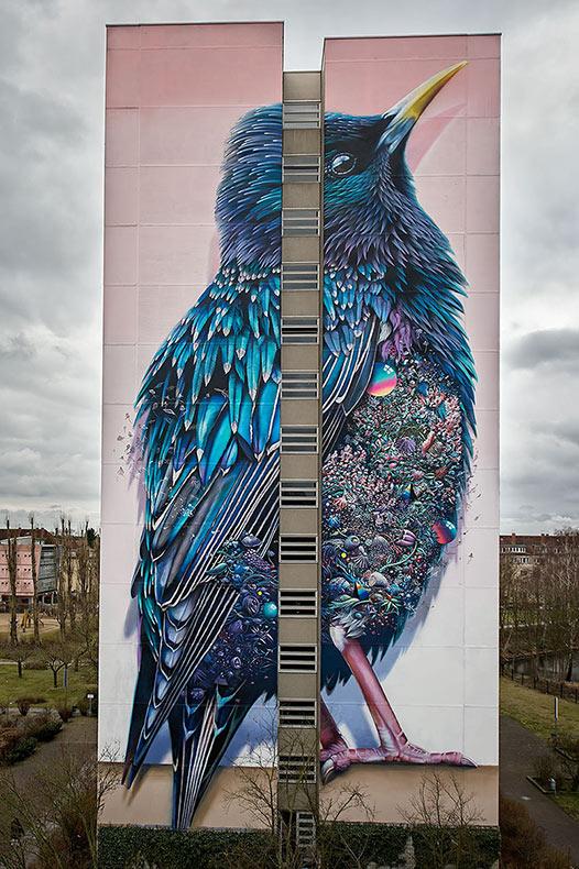 Hermoso mural de ave se extiende a través de un elevado edificio