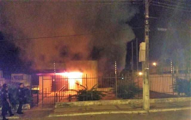 Homens invadem fórum de Areia Branca e causam incêndio
