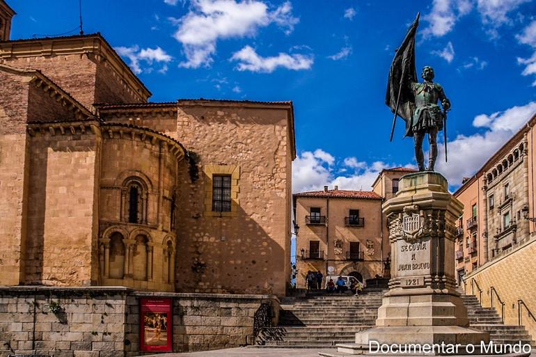 Praça de San Martín, estátua de Juan Bravo e Torre de Lozoya