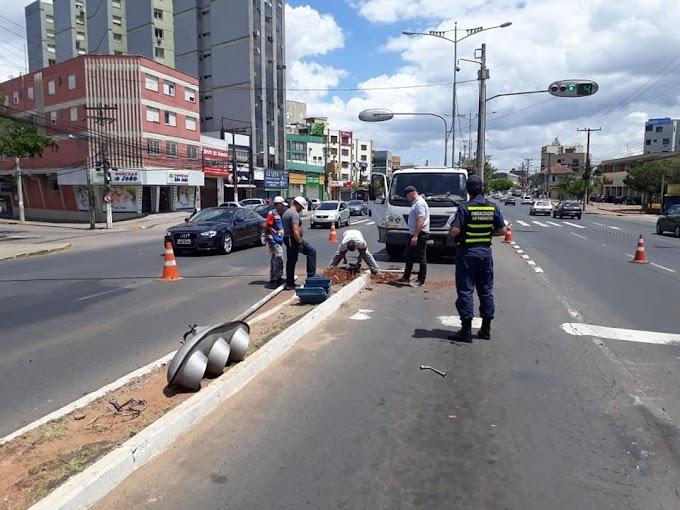 Carro bate em sinaleira de acesso a Papa João XXIII em Cachoeirinha