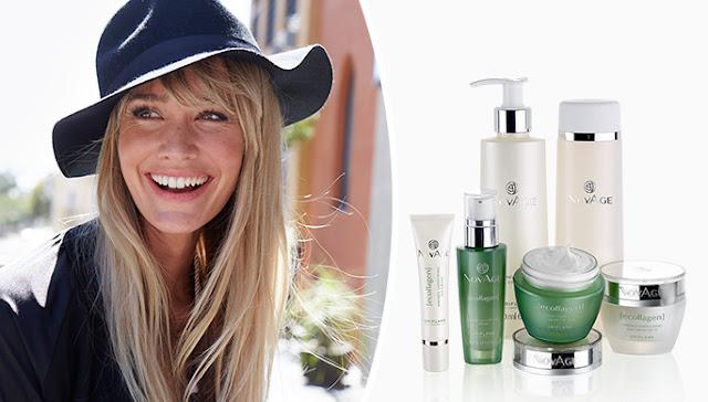 Γυναίκα με μακριά ξανθά μαλλιά μαύρο καπέλο και σακάκι χαμογελά ηλιολουστη μέρα και σειρά Ecollagen Oriflame