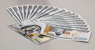 Dinero en abanico: billetes de Mongolia y papel de cien dólares