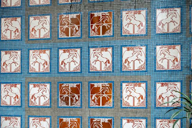 Um painel de azulejos com desenhos de cavalos