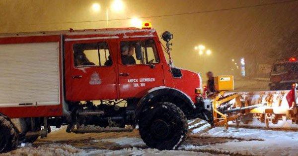 Γρεβενά: Ολονύχτια επιχείρηση της Πυροσβεστικής στα χιόνια για τον απεγκλωβισμό εργαζόμενου
