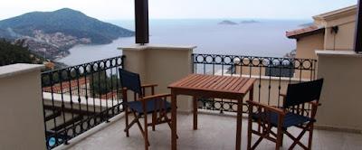 في البلكونة (الشرفة) وقرب النوافذ :