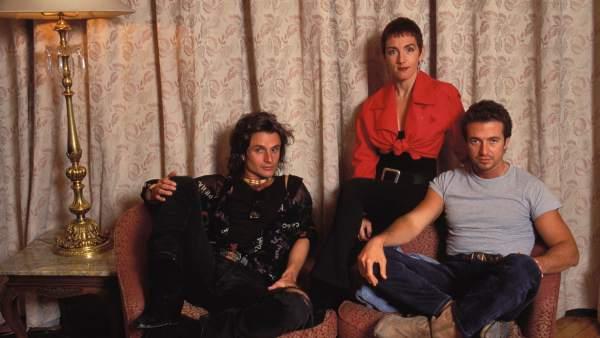 La banda de pop español Mecano en un posado (1990)