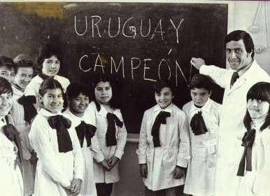Resultado de imagen para maestro Tabarez en escuela tunica