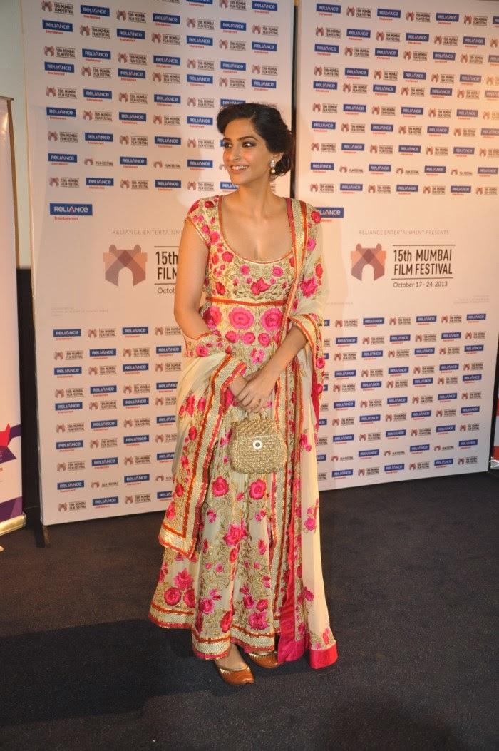 Sonam Kapoor Hot Cleavage Show Pics en Mumbai 15th-4437