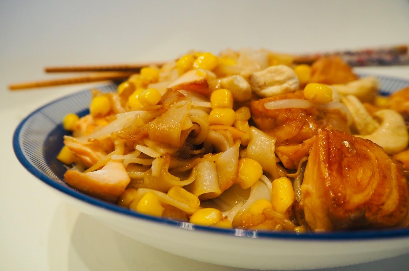 Łosoś marynowany w sosie teriyaki z makaronem ryżowym