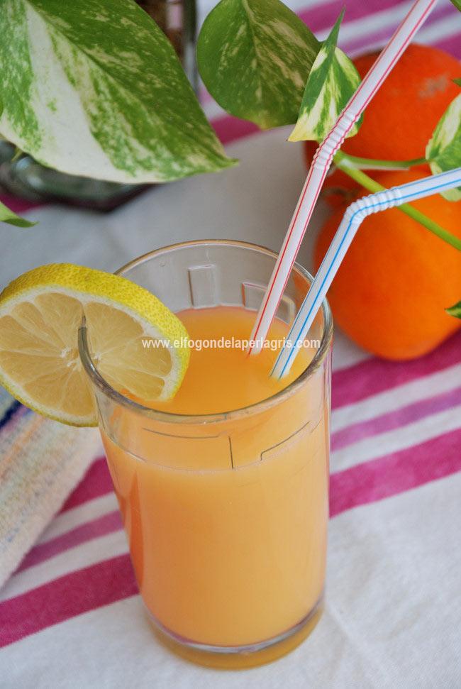 Zumo casero estilo bifrutas con naranjas y melocotón