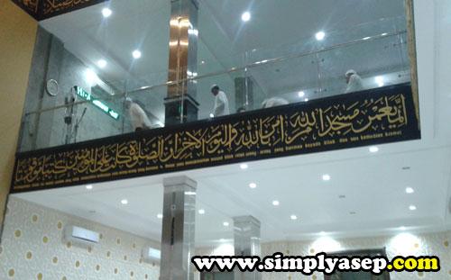 LANTAI 2 : Bagian dalam Masjid Ikhwanul Mukminin Pontianak yang  berhasul diambil gambarnya.  Tempat Sholat di lantai 2. Foto Asep Haryono