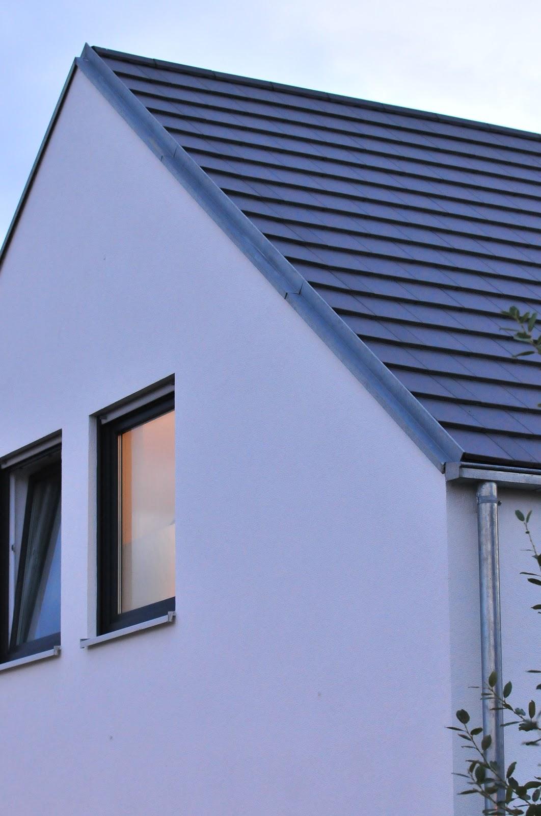 wir blogge r n unsern hausbau mit fertighaus weiss dachabschluss. Black Bedroom Furniture Sets. Home Design Ideas