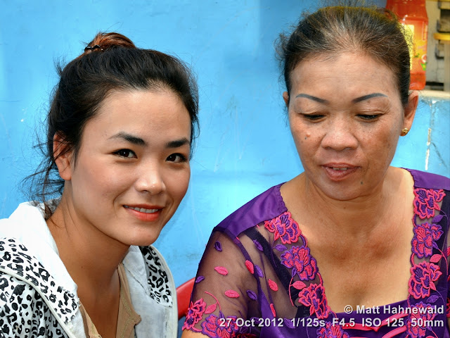 street portrait; double portrait; mother and daughter; beautiful; people; Vietnam; Hanoi; Vietnamese women; duo portrait