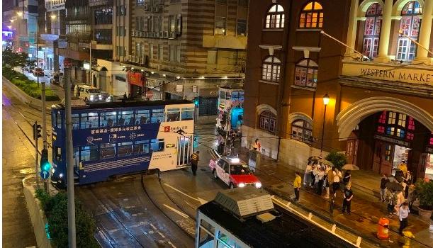 Berjalan Terlalu Cepat, Teng Teng Tergelincir di Sheung Wan