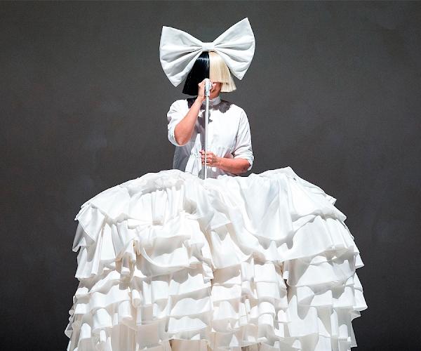 """O espirito natalino está vivíssimo no clipe cheio de estrelas de """"Santa is Coming for Us"""", da Sia!"""