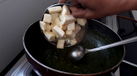 adding fryed paneer cubes in kadhai image