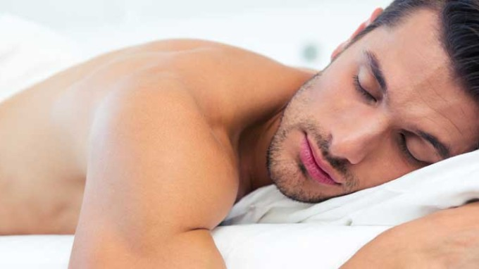 dormir-sin-ropa-hombre-pene-me1