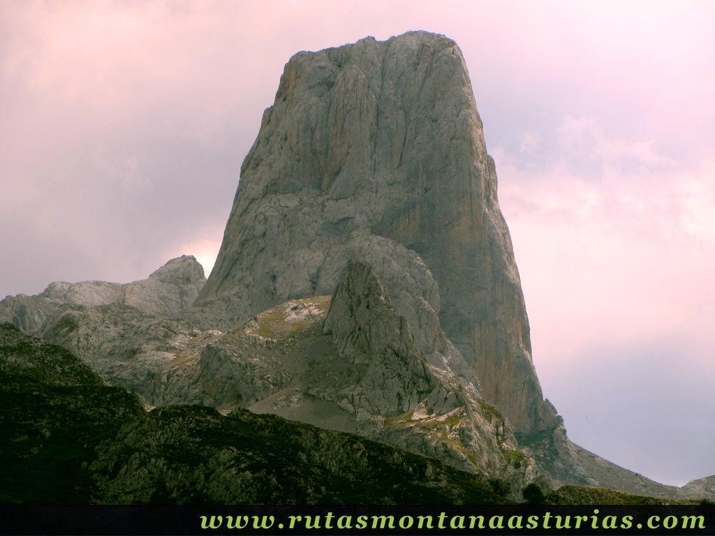 Vista del Pico Urriellu desde inmediaciones de Pandébano