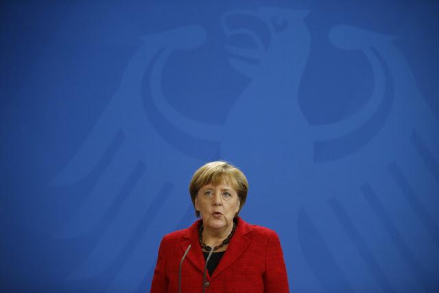 """Líderes de extrema-direita têm criticado a política de imigração de """"portas abertas"""" de Merkel"""