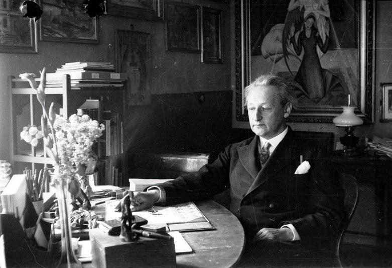 Emil Zegadłowicz w swoim mieszkaniu, Gorzeń Górny, czerwiec 1933.