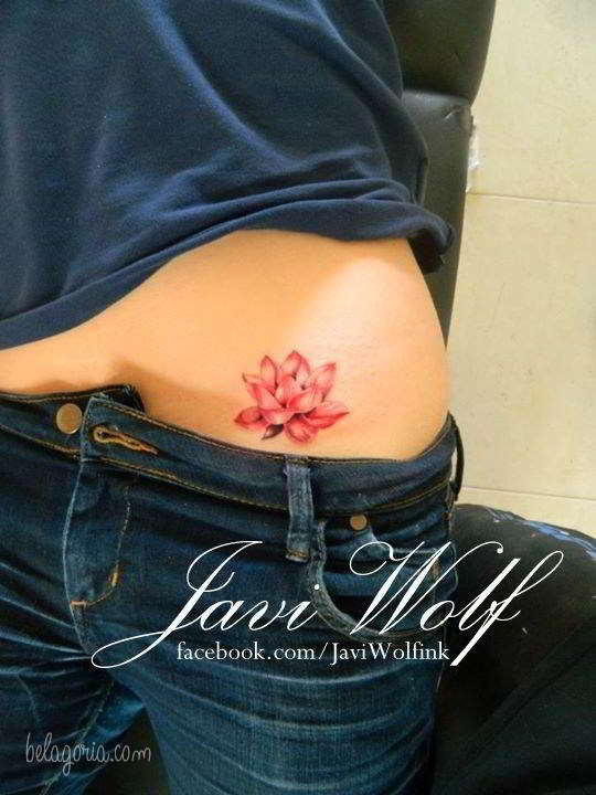 Imagen de un Tatuaje de flor del loto para mujer en la cadera