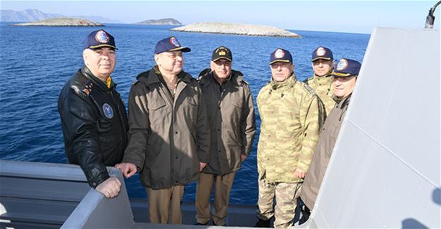 Τούρκοι στρατηγοί κόβουν βόλτες στα Ίμια με πολεμικά πλοία βγάζοντας φωτογραφίες και εμείς παρακολουθούσαμε διακριτικά.....