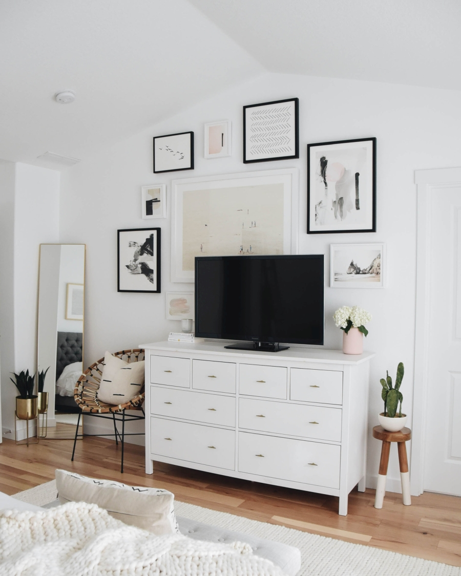Proste i przytulne wnętrze w bieli, wystrój wnętrz, wnętrza, urządzanie domu, dekoracje wnętrz, aranżacja wnętrz, inspiracje wnętrz,interior design , dom i wnętrze, aranżacja mieszkania, modne wnętrza, białe wnętrza, wnętrza w bieli, styl skandynawski, minimalizm, naturalne dodatki, jasne wnętrza, sypialnia, komoda, galeria, plakaty
