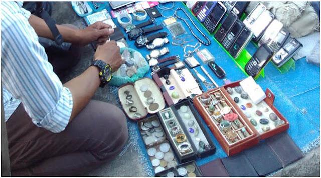 """Sebuah lapak loak di Pasar Ular menjual barang dagangan """"campur aduk"""""""