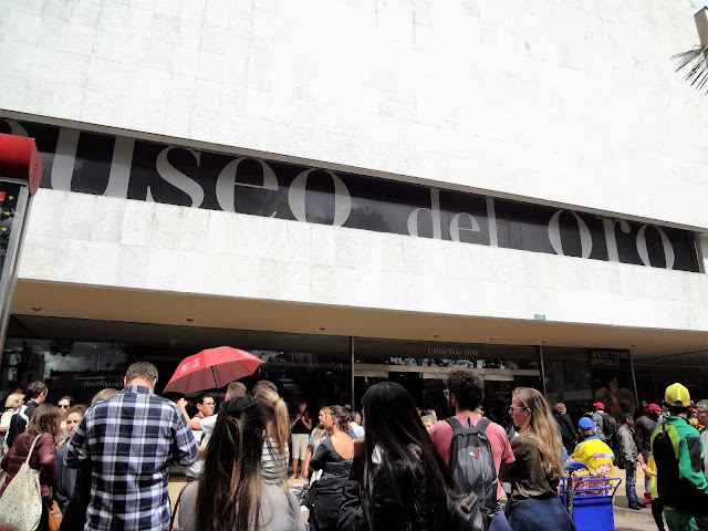 満員の黄金博物館(Museo del Oro)の正面玄関