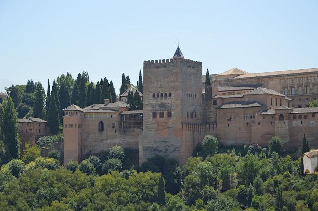 Intrygi pomiędzy Aishą i Sorayą podzieliły całą Alhambrę na dwa obozy.