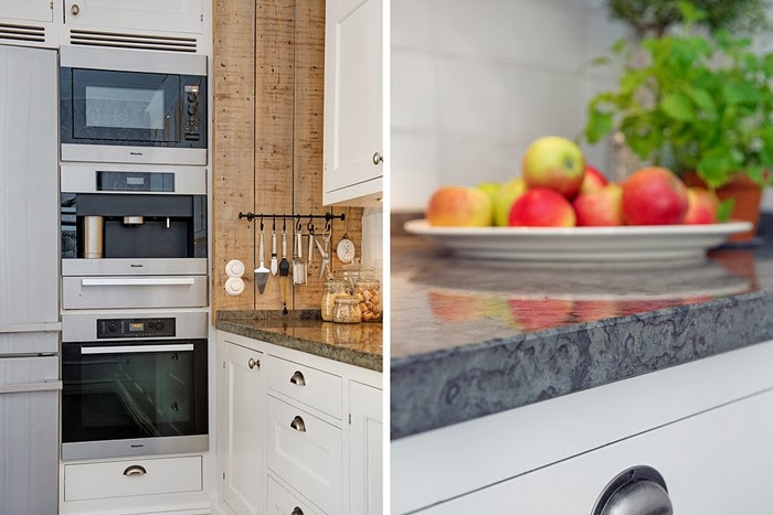 Biała kuchnia z ceglaną ścianą, wystrój wnętrz, wnętrza, urządzanie domu, dekoracje wnętrz, aranżacja wnętrz, inspiracje wnętrz,interior design , dom i wnętrze, aranżacja mieszkania, modne wnętrza, kuchnia, modna kuchnia, biała kuchnia, projekt kuchni, aranżacja kuchni, styl klasyczny, styl skandynawski, czerwona cegła, ściana z cegły, marmurowe blaty, białe deski, naturalne deski, wyspa kuchenna