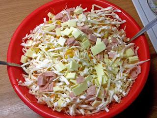 Λάχανο σαλάτα με τυριά, αλλαντικά και σως γιαουρτιού - από «Τα φαγητά της γιαγιάς»
