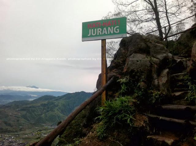 Jalan mendaki menuju ke Bukit Sikunir.