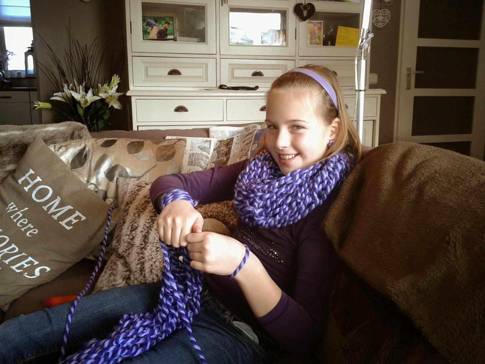 Op de arm gebreide sjaal