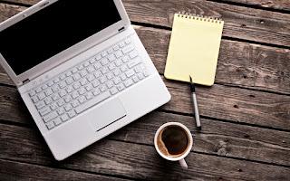 Ordenador, café, cuaderno