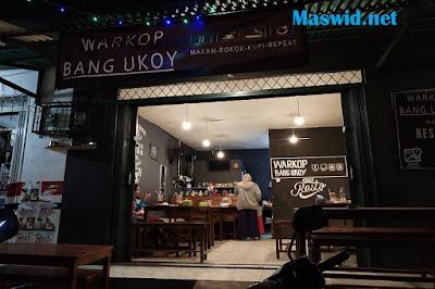 Warkop Bang Ukoy di konsep seperti Resto enak buat nongkrong