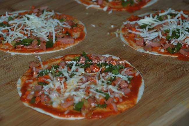 Preparar las pizzas con base de fajitas