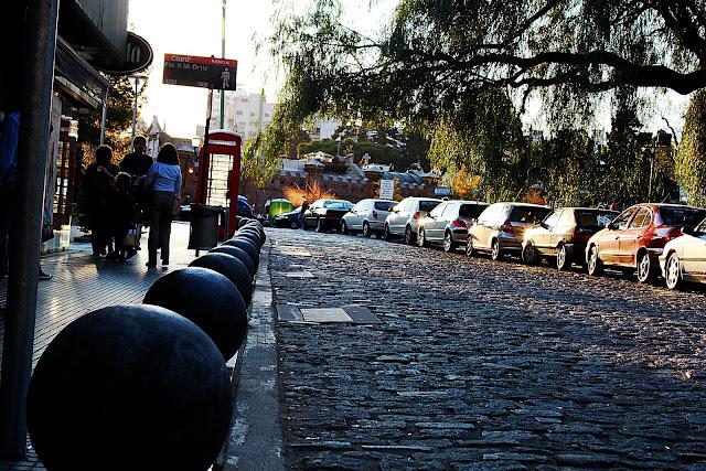 Foto calle de adoquines y autos en fila