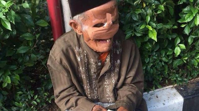 Teladani Semangatnya, Keterbatasan Hanya Memiliki 1 Mata, Kakek Ini Berjualan Koran Untuk Menopang Hidupnya