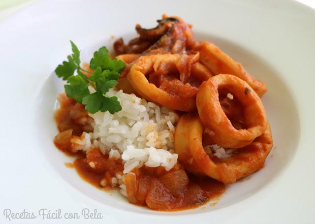 Arroz con calamares en salsa de tomate
