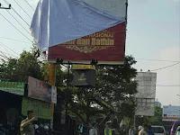 """Akhirnya TNI & SATPOL PP Kota Malang Copot Spanduk """"RED ARMY"""" Peni Politikus PDIP"""