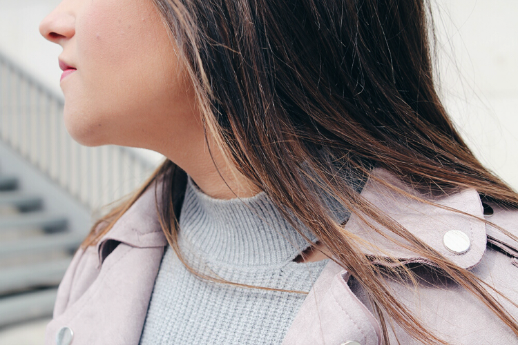 outfit con jersey gris y cazadora rosa blogger de moda