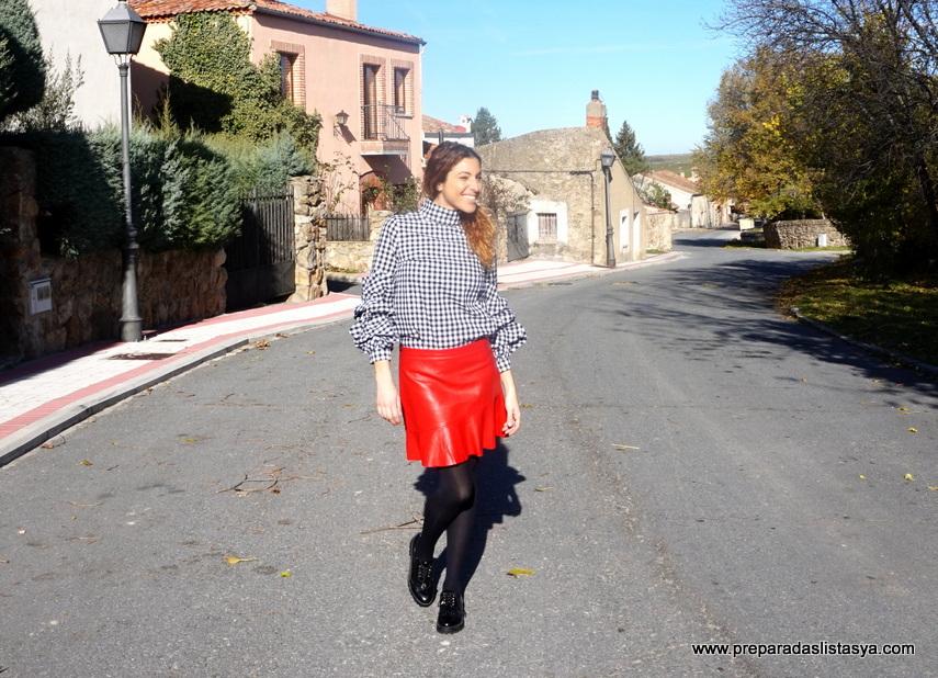 Look falda cuero roja