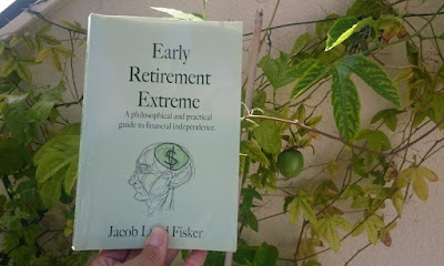 Mitt exemplar av Early Retirement Extreme bredvid en omogen passionsfrukt