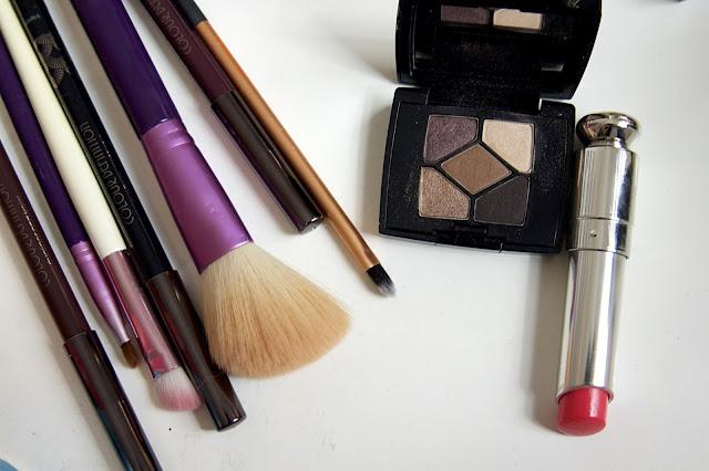 http://www.beautybylou.com/2015/10/ce-que-jemporte-dans-ma-valise-beaute.html